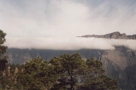 http://www.fordpflanzen.de/bilder/rolf/1998-LaPalma/caldera-wolken.jpg