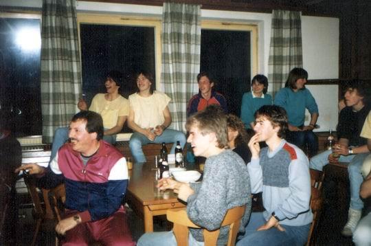 http://www.fordpflanzen.de/bilder/rolf/Ford-einzelbilder/1986/abw-seite05-zuschauer.jpg