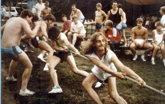 http://www.fordpflanzen.de/bilder/rolf/Ford-einzelbilder/1986/evf-seite02-tauziehen.jpg